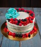 结块用新鲜的莓果和胶浆糊花 免版税图库摄影