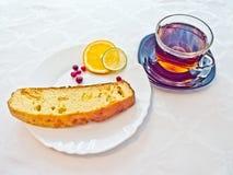 蛋糕用与石灰的果酱和茶 免版税库存图片