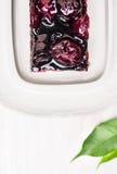 结块用樱桃和果冻在白色木 库存图片