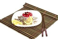 结块白色,与柠檬段,用被磨碎的巧克力,在地毯,顶视图 免版税库存照片