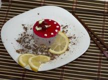 结块白色,与柠檬段,用被磨碎的巧克力,顶视图 库存图片