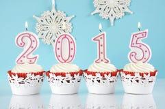 2015块红色天鹅绒杯形蛋糕的新年快乐 免版税图库摄影