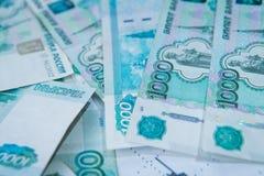 200 5000块背景钞票危机断开的图形一红色卢布俄国俄语 俄罗斯卢布路线 免版税图库摄影