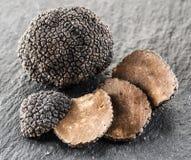 黑块菌和块菌切片在石墨上 库存图片