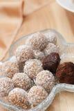 块菌和巧克力球与椰子剥落 免版税库存图片