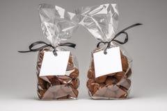 块菌状巧克力两件典雅的礼物与白色标签的 免版税库存图片