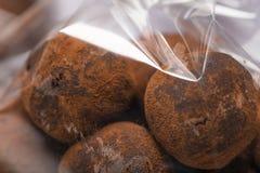 块菌状巧克力宏指令在塑料袋的 图库摄影