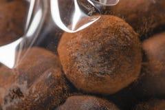 块菌状巧克力特写镜头宏指令在塑料袋的 免版税库存照片
