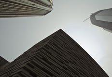 3块角度结构大厦城市另外低现代老刮板天空视图 免版税库存照片