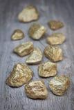 块金分散的石头。 库存图片
