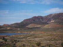 坚固性小山的池塘 免版税图库摄影