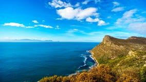 坚固性海岸和风在开普敦半岛的开普角附近清扫了峰顶在南非 免版税库存图片
