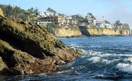 坚固性海岸线和峭壁旁边家在南拉古纳靠岸,加利福尼亚 免版税库存图片