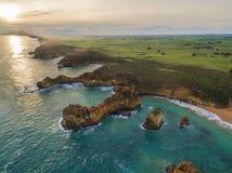坚固性海岸线鸟瞰图在Childers小海湾,澳大利亚附近的 库存照片