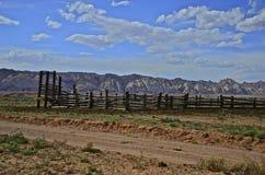 坚固性西部畜栏和山脉 图库摄影