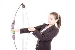 坚定的专业办公室妇女射手 免版税库存图片