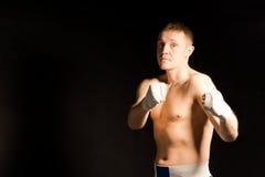 坚定的强烈的年轻拳击手 库存照片