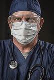 坚定的看的医生或护士有防护穿戴和Stet的 免版税库存照片