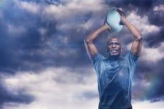 坚定的运动员投掷的橄榄球球3D的综合图象 免版税图库摄影