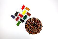 坚实水彩平底锅和急剧色的铅笔 免版税库存图片