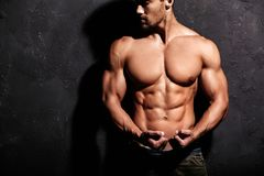 坚强的健康英俊的运动人 图库摄影