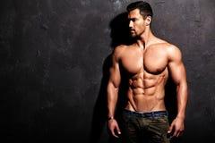 坚强的健康英俊的运动人 免版税图库摄影