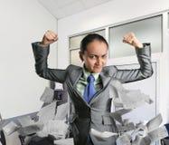 坚强的妇女在办公室 免版税图库摄影