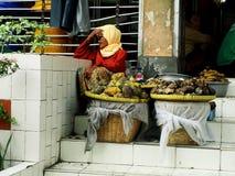 坚强的妇女在市场上 免版税图库摄影