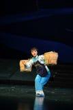 坚强的妇女运载一个重的负担江西歌剧杆秤 库存图片