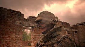 坚强的白种人士兵的面孔制服的,单独站立在空的被毁坏的砖瓦房,围拢与多云 股票视频