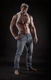 坚强的运动健身人画象在黑背景的 免版税库存图片