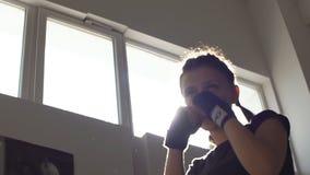 坚强的青少年的女孩制定出在训练的爆沸装箱的 慢的行动 影视素材