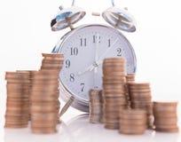 坚持在一金黄硬币的美丽的老时钟 免版税库存照片