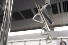 坚持在火车的扶手栏杆 免版税库存照片
