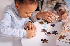 坚持母亲和女儿配比的片断 免版税库存照片