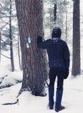 坚持足迹标志的一个人 免版税库存照片