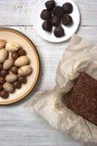 坚果、块菌糖果和巧克力蛋糕在白色背景 库存图片