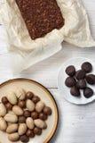 坚果、块菌糖果和巧克力蛋糕在白色背景 免版税库存图片