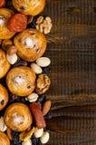坚果、干果子、开心果和自创曲奇饼从在桌上的袋子驱散了与写的一个地方 免版税库存照片