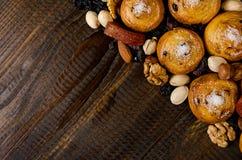 坚果、干果子、开心果和自创曲奇饼从在桌上的袋子驱散了与写的一个地方 库存图片