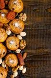 坚果、干果子、开心果和自创曲奇饼从在桌上的袋子驱散了与写的一个地方 免版税库存图片
