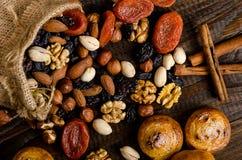 坚果、干果子、开心果和自创曲奇饼从在桌上的袋子驱散 免版税图库摄影