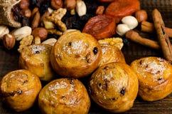 坚果、干果子、开心果和自创曲奇饼从在桌上的袋子驱散 免版税库存图片