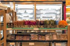 坚果和强身糕在架子显示了在Pret饲槽 免版税图库摄影