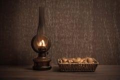 坚果和核桃葡萄酒照片在篮子 免版税库存照片