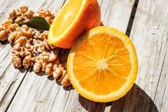 坚果和桔子 免版税库存照片