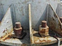 坚果和粗体的在铁定向塔 免版税图库摄影