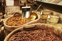 坚果品种在食家市场上的 库存图片