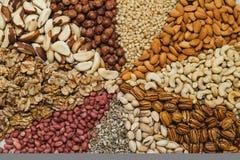 坚果在一个帆布袋子在桌里混合 种类坚果:胡桃,巴西,雪松,向日葵,榛子,杏仁,花生,核桃 库存照片