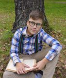 坚果在一个男孩的手上在森林男孩,自然,庭院,孩子,年轻人,绿色,户外,夏天,植物,从事园艺,花, gras 免版税库存照片
